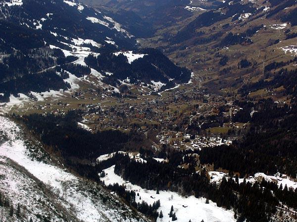 Les Diablerets, vue sur le village depuis le téléphérique Glacier 3000, 28 novembre 2004.