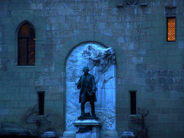 La statue du Major Davel contre la façade du Château de Lausanne, à l'aube du 17 janvier 2005.
