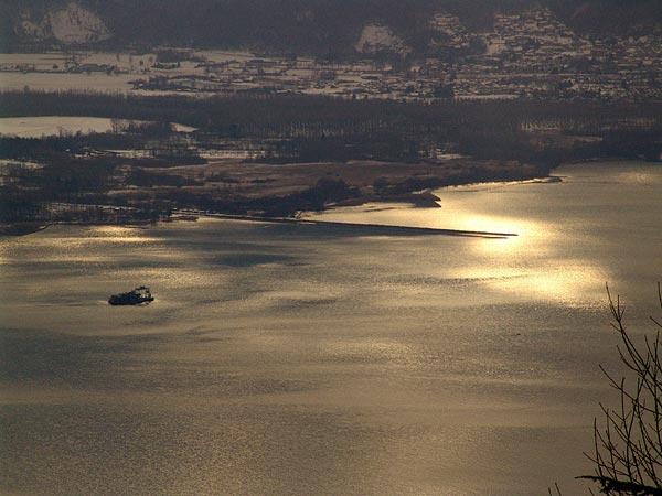 Lumières surnaturelles sur l'embouchure du Rhône entre Villeneuve et le Bouveret, 18 février 2005.