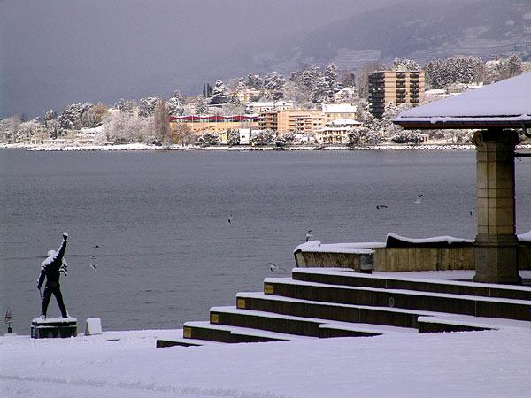 Montreux, 20 février 2005: au bas de la Place du Marché enneigée, la statue de Freddie Mercury fait face à Clarens.