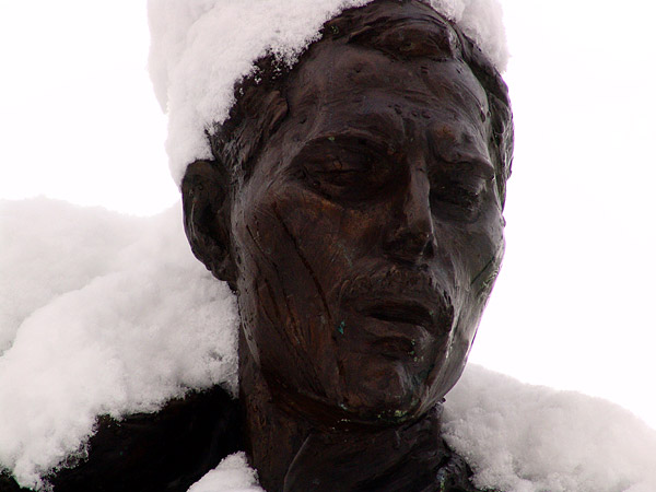 Montreux, 20 février 2005: la statue de Freddie Mercury s'est parée d'un manteau de neige.