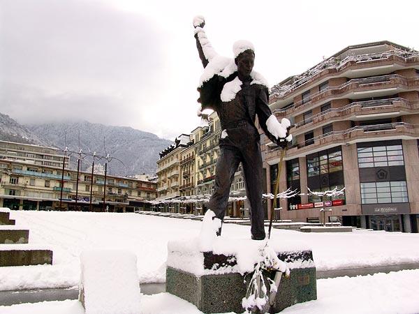 Place du Marché de Montreux, 20 février 2005: la statue de Freddie Mercury s'est parée d'un manteau de neige.
