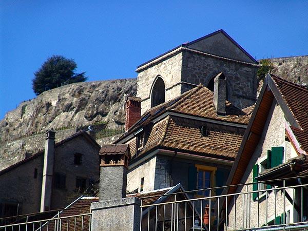 Vue sur les toits et le clocher de St-Saphorin, avril 2005.