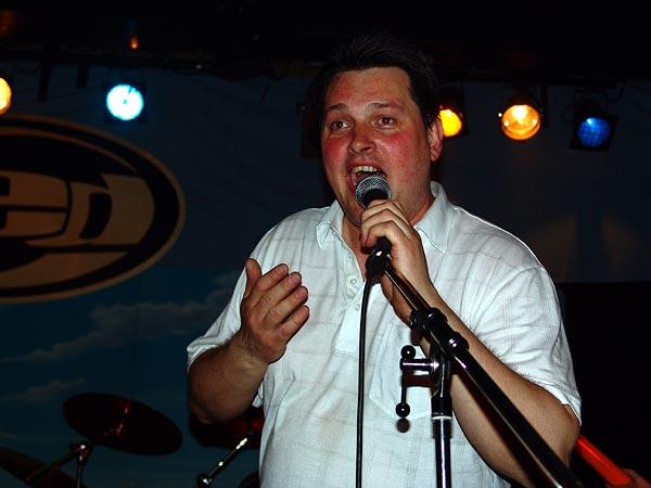 Soirée Skarface, Ned- Montreux Music Club, samedi 30 avril 2005. Simon Favez, président du club, encourage le public à hurler pour faire revenir Skarface pour un rappel.
