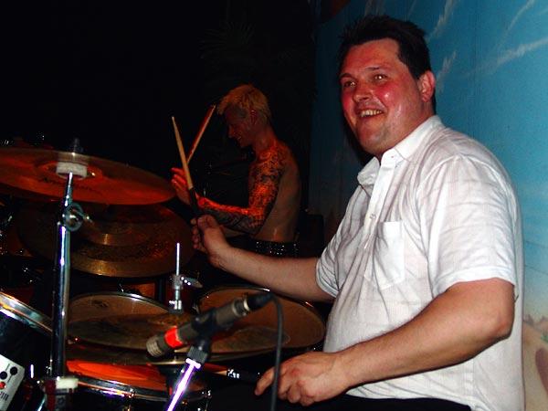 Soirée Skarface, Ned- Montreux Music Club, samedi 30 avril 2005. Simon Favez, président du club, à la 2e batterie pour un rappel de Skarface.