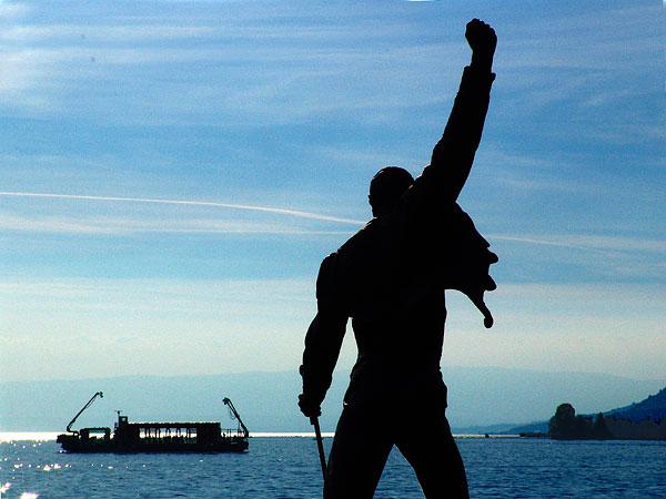 Statue de Freddie Mercury et Arteplage Mobile du Jazz, juin 2005.