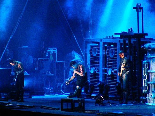 Paléo Festival 2005: Rammstein, vendredi 22 juillet, Grande Scène. Nota bene: les photographes de fusions.ch n'ayant pas été autorisés à prendre des clichés de ce concert, c'est un photographe anonyme perdu dans la foule qui a effectué ces prises de vue et qui nous les a fait parvenir!