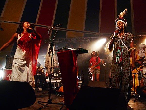 L'urban ethnic soul de Zap Mama rencontre Etran Finatawa, le blues des nomades du désert, au World Music Festival d'Oron, dimanche 31 juillet 2005.