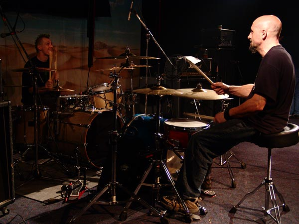 Duel de batterie Parabellum/Lofofora un peu avant le soundcheck, Ned - Montreux Music Club, samedi 22 octobre 2005.