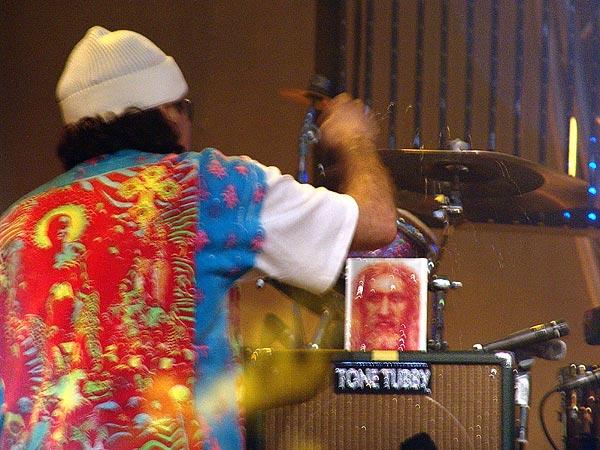 Montreux Jazz Festival 2006: Santana's World Drum Parade, avec United Samba Lausanne y Sambrasil Montreux, Association des Percussions Uruguayennes et Capoeira, dimanche 9 juillet, Grand-Rue, du Marché Couvert à la scène de l'Auditorium Stravinski.