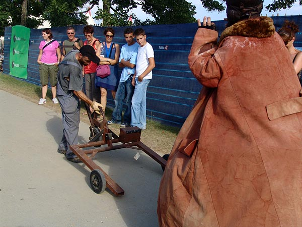 Dynamogène dans «Monsieur Culbuto», Les Magiciens d'Asse, 31e Paléo Festival, 18-23 juillet 2006.