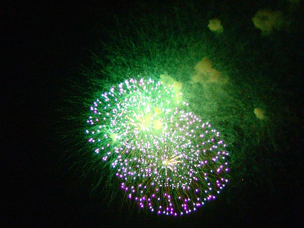 Le traditionnel feu d'artifice du Paléo Festival, 23 juillet 2006.