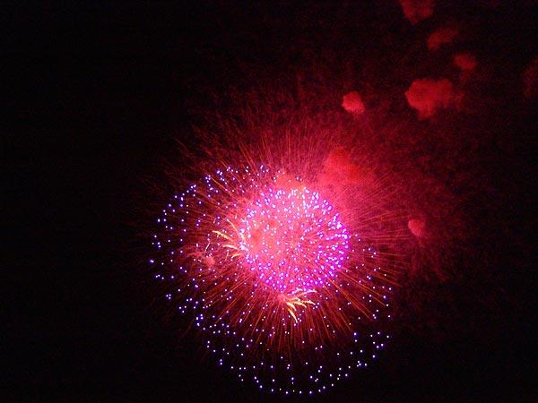 Le traditionnel feu d'artifice du Paléo Festival, 23 juillet 2006.