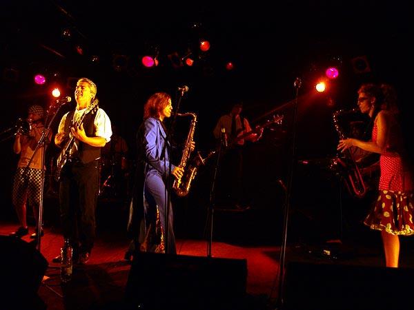 Stevo's Teen, Skaragga Festival, Ned - Montreux Music Club, vendredi 29 septembre 2006. Ils ont l'accent chantant de Montpellier, forment une extraordinaire fanfare ska qui s'inscrit comme le meilleur moyen d'éradiquer la morosité de la vie. Une bonne humeur constante, une générosité sans faille, un esprit punk dans un corps cuivré par le soleil et l'auto-bronzant jamaïcain, derrière cette fanfare ska festive se cache un groupe attachant, délirant et corrosif à la fois!