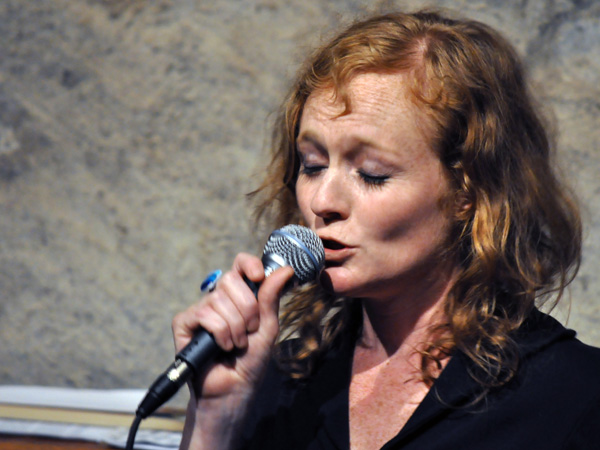Lara: Petit Coeur Assassin. Lara (chant, textes et composition), Cédric Dind-Lavoie (basse, contrebasse, voix), Guillaume St-Laurent (piano, accordéon, voix). Chanson québecoise au Caveau du Coeur d'Or, Chexbres, samedi 19 juin 2010.