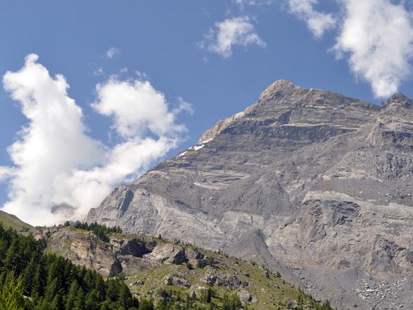 Vue sur les montagnes entourant le site naturel protégé de Derborence, au Valais, août 2010.