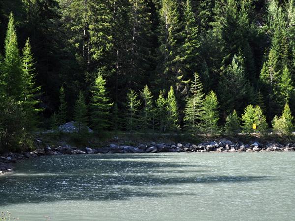 Vue sur le petit lac au-dessous du barrage du Godet, près de l'auberge du même nom. Derborence, Valais, août 2010.