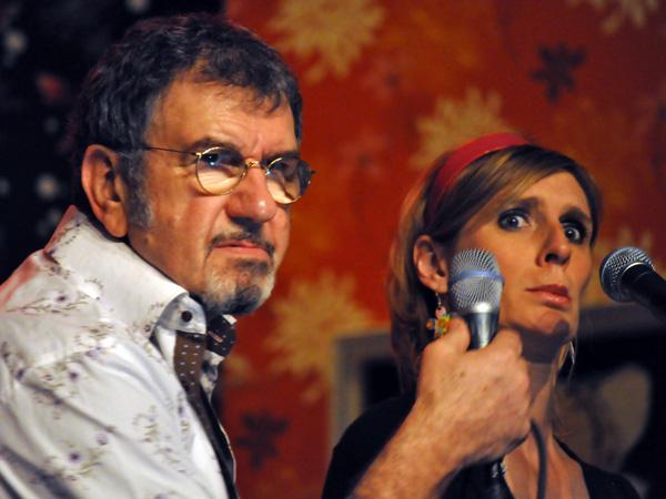 Richard Gotainer en concert à la salle de la Tuffière, à Corpataux, samedi 2 avril 2011. Tournée «Comme à la maison», avec Yvan Della Valle (claviers), Bruno Caviglia (guitares), Romain Joutard (batterie), Guillaume Farley (basse) et Murielle Lefebvre (choeurs).