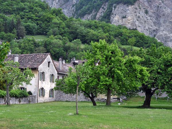 Balade dans le village de Roche, dans le Chablais, 25 avril 2011.