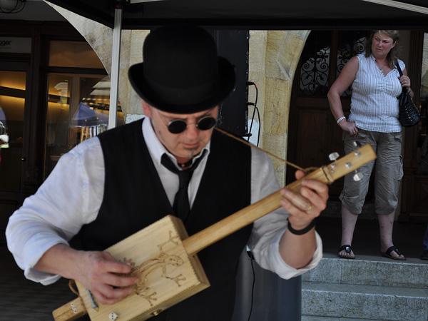 Morat, au coeur de la région des Trois-Lacs, face au Mont Vully, 8 mai 2011. Ambiance blues durant la foire aux vins Vullyssima, sur la rue principale.