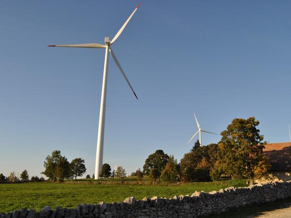 Sur le Mont-Soleil au-dessus de Saint-Imier, entre éoliennes et centrale solaire. Jura bernois, automne 2011.