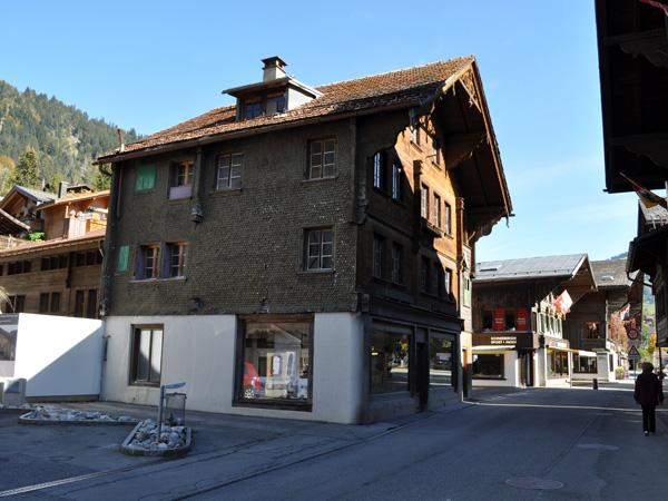 Saanen, chef-lieu du Saanenland (Gessenay), octobre 2011. La station de Gstaad fait partie de la commune de Saanen.