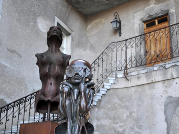 A l'entrée du Musée HR Giger, Château de Gruyères, mars 2012.