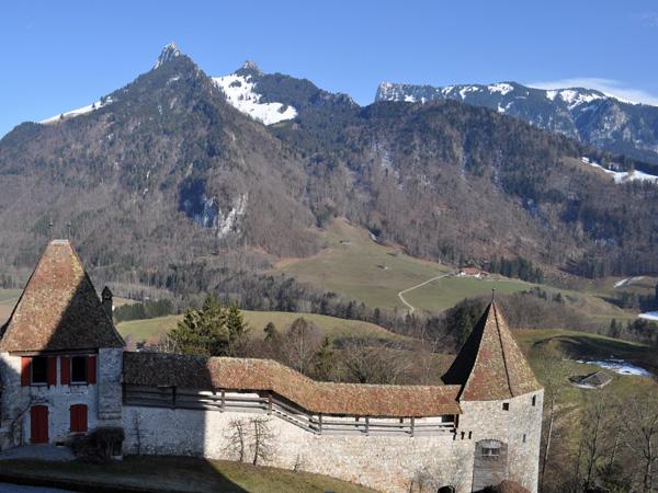 Vue sur les Préalpes fribourgeoises depuis Gruyères, mars 2012.