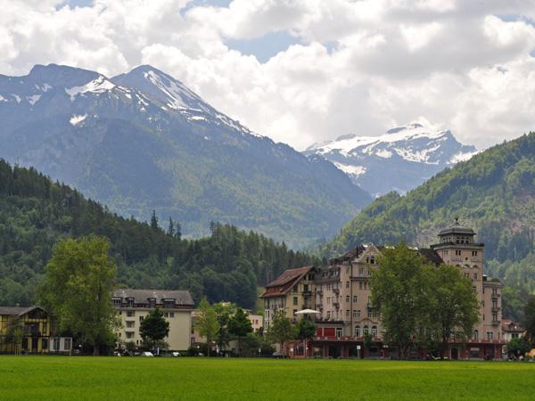 Interlaken, au coeur de l'Oberland bernois, entre les lacs de Thoune et de Brienz, mai 2012.