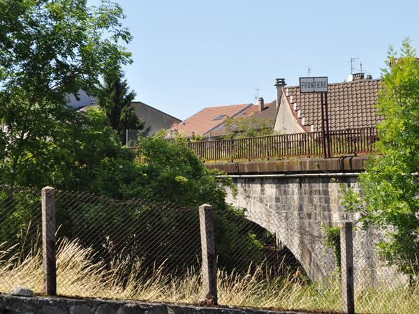Saint-Gingolph, Chablais, juin 2012. Un village franco-suisse juste à cheval sur la frontière, matérialisée par la rivière Morge.