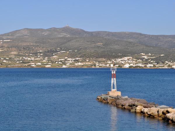 Vue sur Paros depuis le port d'Antiparos, Cyclades, avril 2013.