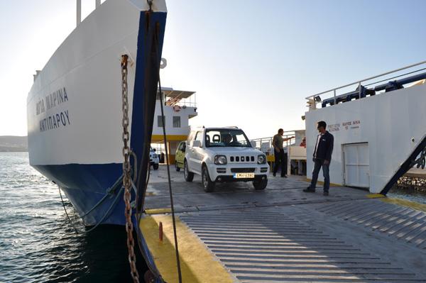 Débarquement du petit ferry reliant Paros et Antiparos, Cyclades, avril 2013.