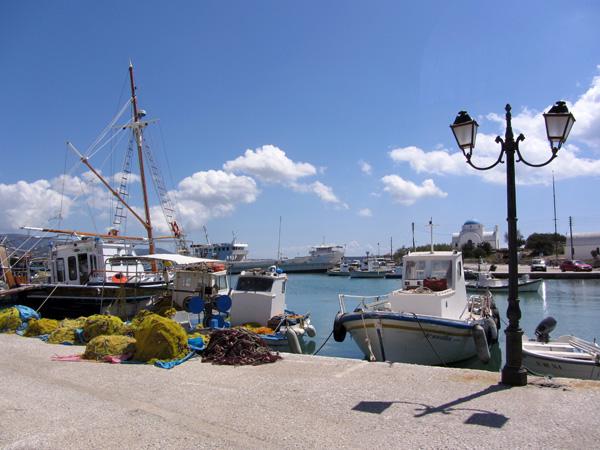 Tout au nord d'Antiparos, le village du même nom est aussi le port de l'île, où arrivent les bacs venant de Pounta et les bateaux partant de Parikia. On peut y voir les restes de l'ancien kastro fortifié, où règne une atmosphère étrange, déglinguée mais fascinante.<p>Dans le village d'Antiparos, on se sent un peu au bout du monde puisqu'aucun gros ferry ne débarque dans son port, mais en été, il y a paraît-il foule. Pour notre part, on aime bien la torpeur du village hors saison, en septembre ou au printemps.<p>Antiparos, c'est le secret le mieux gardé de Paros, ne manquez pas d'y aller avant que le tourisme de masse ne le découvre!