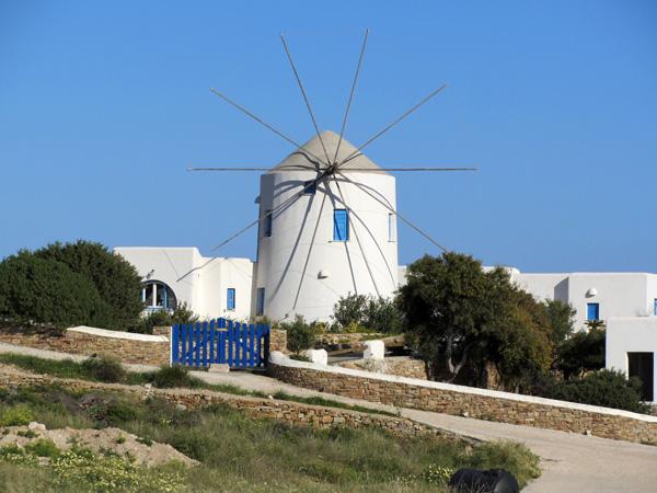 Antiparos, &agrave; l'ouest de Paros, c'est son &icirc;le soeur et durant la Pr&eacute;histoire les deux &icirc;les n'en formaient qu'une. C'est d'ailleurs sur un &icirc;lot situ&eacute; entre Paros et Antiparos que l'on a retrouv&eacute; les plus anciennes traces d'occupation humaine dans les Cyclades.<p>On se rend &agrave; Antiparos par un petit bac qui part de Pounta ou par un bateau partant de Parikia. Le chenal entre les deux &icirc;les est un spot tr&egrave;s pris&eacute; pour le kite surf.<p>A visiter absolument, la grotte situ&eacute;e au sud de l'&icirc;le: tr&egrave;s bien am&eacute;nag&eacute;e pour la visite, c'est aussi un excellent moyen d'&eacute;chapper un moment &agrave; la canicule au plus chaud de l'&eacute;t&eacute;! A d&eacute;couvrir &eacute;galement, les chaos rocheux de la baie de Faneromeni, pr&egrave;s du cap Skylos, pointe sud d'Antiparos.