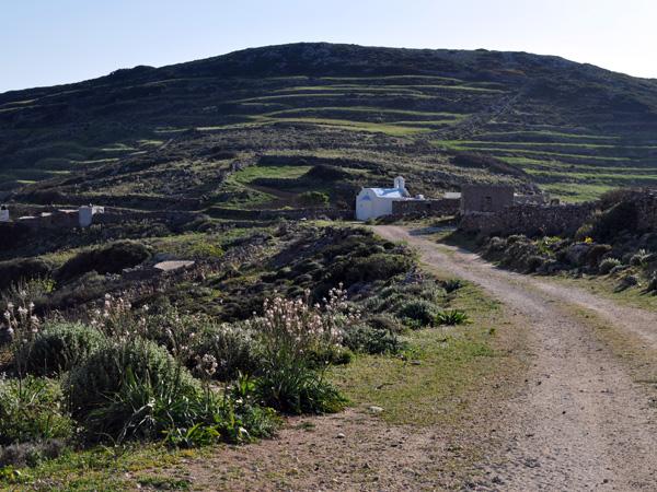 Paysage de Paros depuis la route non asphaltée descendant du mont Aghii Pantes vers le sud de Paros, avril 2013.