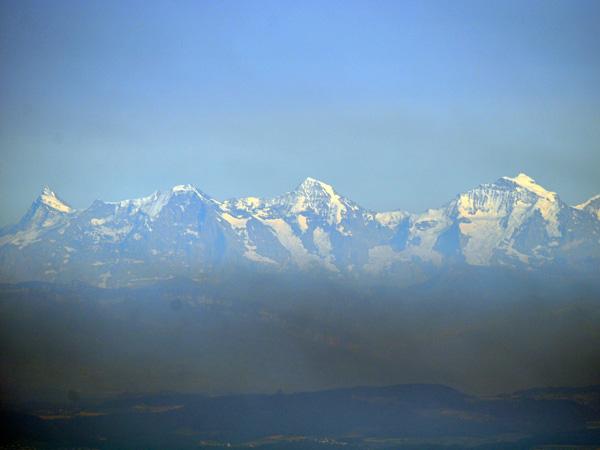 Vue sur les Alpes bernoises depuis Chasseral, au-dessus du lac de Bienne. Jura bernois, août 2013.