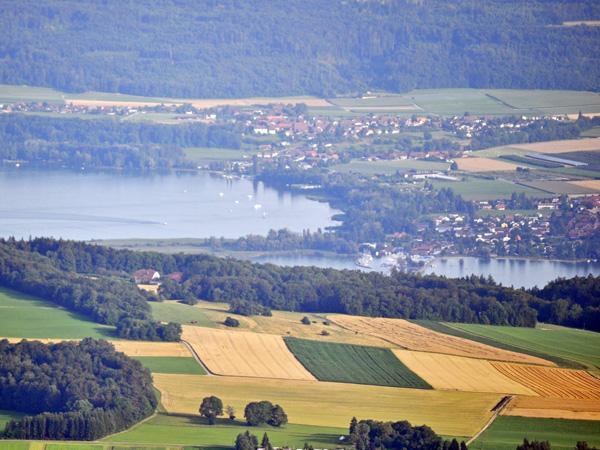 Vue sur Erlach et le lac de Bienne depuis Chasseral. Jura bernois, août 2013.