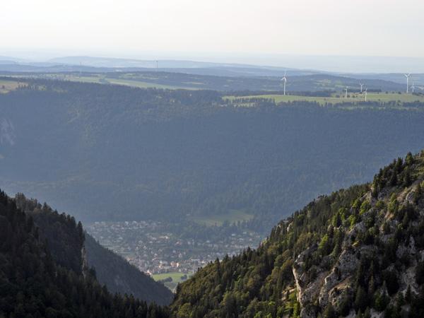 Vue sur St-Imier et les éoliennes du Mont-Soleil depuis Chasseral, au-dessus du lac de Bienne. Jura bernois, août 2013.