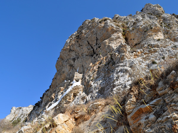 Amorgos (Cyclades), août 2013. On distingue dans la paroi la chapelle d'Aghia Triadha, près de Lagadha.