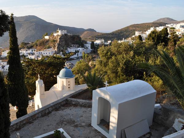 Lagadha, au-dessus d'Eghiali, est un charmant village cycladique étagé sur les contreforts du mont Krikellos, point culminant d'Amorgos avec ses 823 m d'altitude. Ne manquez pas de visiter l'étonnante chapelle d'Aghia Triadha, incrustée dans la falaise juste à l'entrée du village.