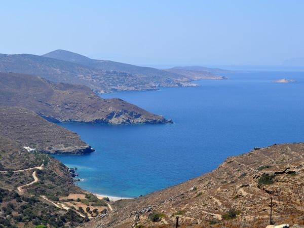 Amorgos est une île aux côtes très abruptes, où de nombreuses petites plages sont inaccessibles par voie de terre. Il y a toutefois une bonne demi-douzaine de jolies plages très accessibles, dont la plupart sont même bien abritées du vent.