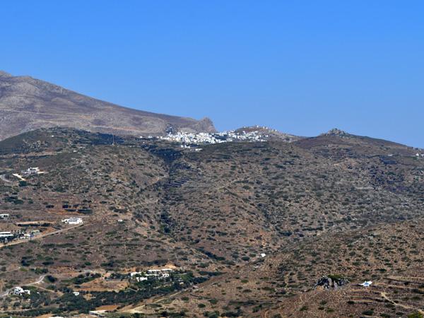Vue sur Chora depuis Minoa, au-dessus de Katapola, Amorgos (Cyclades), août 2013.