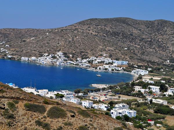Vue sur Katapola depuis Minoa, Amorgos (Cyclades), août 2013.