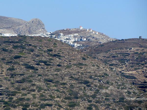 Blotti sous son kastro vénitien, le village de Chora est la capitale d'Amorgos. Il a été construit à 300 m d'altitude à l'intérieur de l'île, hors de vue de la mer par crainte des pirates.