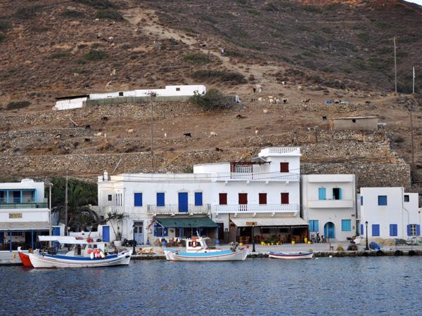 Katapola est le principal port d'Amorgos, très animé en été. C'est un petit village qui invite au farniente et où l'on trouve d'excellentes infrastructures touristiques et de bonnes tavernes.