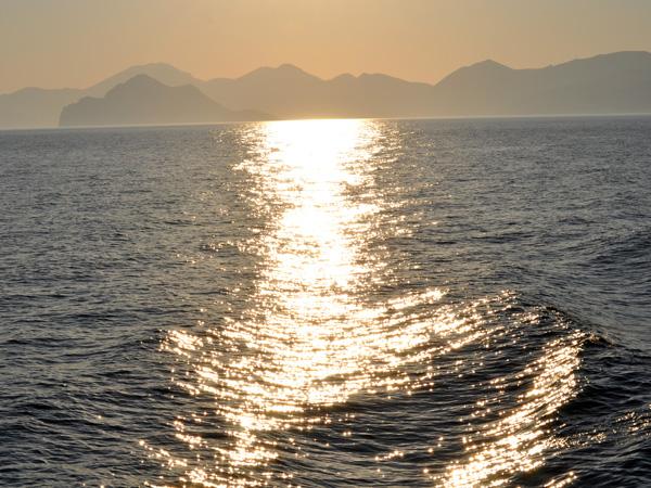 Amorgos, l'île la plus orientale des Cyclades, a en partie acquis sa notoriété grâce au film de Luc Besson «Le Grand Bleu». C'est un long caillou aux falaises impressionnantes, posé entre les bleus du ciel grec et de la mer Egée.