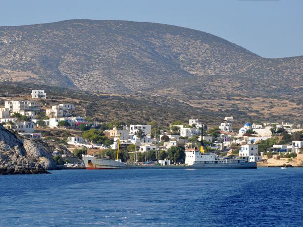 Iraklia, plus grande île habitée des Petites Cyclades malgré ses 18 km2 et ses moins de 120 habitants, est une île montagneuse faite pour les initiés et les amoureux du calme: depuis le petit port d'Agios Georgios, une route de 4 km mène au seul village, Panagia, au centre de l'île, en passant par la plage de Livadi. Tout ce qu'il faut pour jouer à Robinson Crusoé!