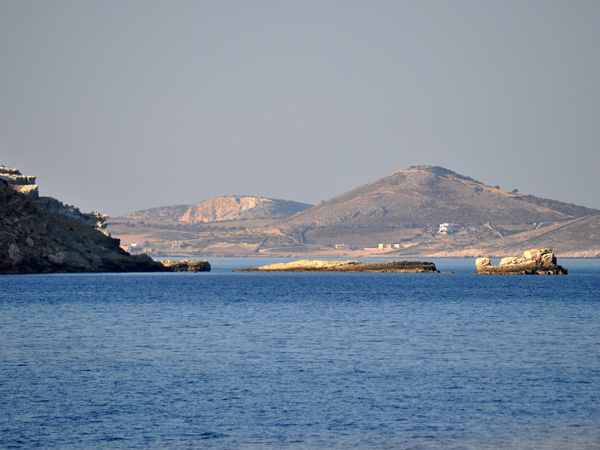 Koufonissia (Petites Cyclades), août 2013. On distingue Iraklia à l'arrière-plan.