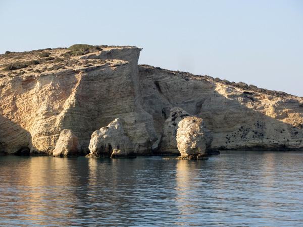 Les Koufonissia (îles creuses), dans les Petites Cyclades, c'est un mini-archipel dans le mini-archipel: trois îles et quelques îlots. Pano Koufonissi est la seule île véritablement habitée,  Kato Koufonissi n'a que quelques rares maisons et Kéros, la plus grande et la plus montagneuse, est totalement déserte.
