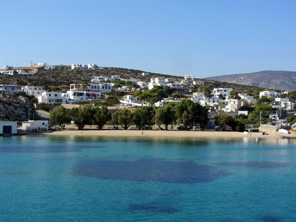 Ile de pêcheurs qui ne s'est ouverte au tourisme que depuis quelques années, Schinoussa semble un havre de paix pour les amateurs de solitude... Ces quelques photos ont été prises en août 2013, très tôt le matin, depuis le ferry qui relie Amorgos à Naxos en passant par les ports des Petites Cyclades.